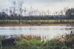 Vista del lago en otoño Imagen de archivo libre de regalías