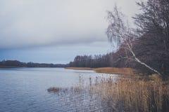 Vista del lago en otoño Foto de archivo libre de regalías