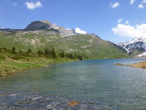 Vista del lago Engstlensee nelle alpi svizzere Immagine Stock