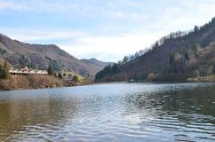 Vista del lago fra due montagne Immagine Stock
