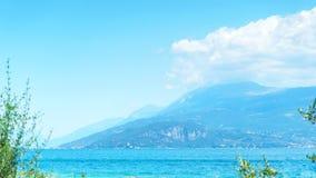 Vista del lago garda con le montagne sull'orizzonte Fotografia Stock