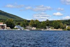Vista del lago George dal villaggio, nello Stato di New York Immagini Stock