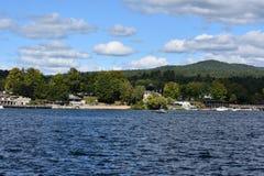 Vista del lago George dal villaggio, nello Stato di New York Fotografie Stock Libere da Diritti