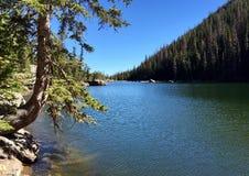 Vista del lago ideal escénico en Rocky Mountains imagen de archivo