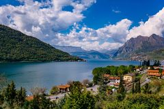 Vista del lago Iseo, Italia, le alpi Immagini Stock
