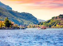 Vista del lago Iseo, mañana colorida del verano Región Lombardía, provincia Brescia (BS) en el lago Iseo fotos de archivo