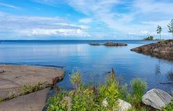 Vista del lago Ladoga all'isola di Valaam un giorno soleggiato Fotografie Stock Libere da Diritti