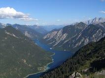 Vista del lago largo de la montaña en valle Imagen de archivo libre de regalías