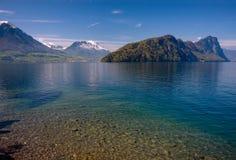 Vista del lago lucerne con le alpi svizzere in primavera Immagine Stock