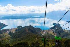 Vista del lago Lugu dalla cabina di funivia Fotografie Stock Libere da Diritti