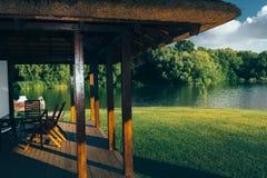 Vista del lago mountain de la terraza de la cabaña ecológica para el concepto al aire libre de la reconstrucción que acampa Imagen de archivo