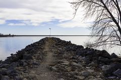 Vista del lago del muro de contención Imágenes de archivo libres de regalías