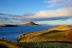 Vista del lago Myvatn Islandia y de sus picos volcánicos fotos de archivo libres de regalías