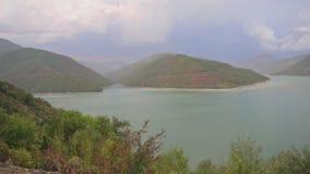 Vista del lago nelle montagne stock footage