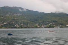 Vista del lago Ohrid imagenes de archivo