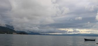 Vista del lago Ohrid imagen de archivo