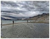 Vista del lago Pangong fotografía de archivo