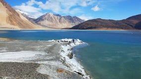 Vista del lago Pangong con agua congelada en Ladakh almacen de metraje de vídeo