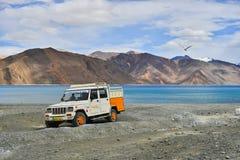 Vista del lago Pangong con el coche Imágenes de archivo libres de regalías