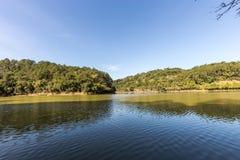 Vista del lago park de Malwee Jaragua hace Sul Santa Catarina imagen de archivo libre de regalías