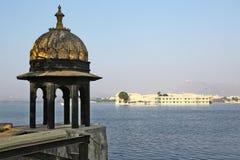Vista del lago Pichola en Udaipur, Rajasthán Imagenes de archivo