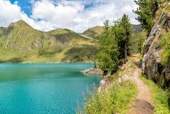 Vista del lago Ritom con las montañas en el fondo, Suiza Imagenes de archivo