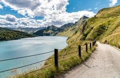 Vista del lago Ritom con las montañas en el fondo, Suiza Imágenes de archivo libres de regalías