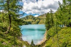 Vista del lago Ritom con le alpi nel fondo, Svizzera Immagini Stock
