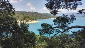 Vista del lago Sainte Croix du Verdon attraverso gli alberi, in Provenza, la Francia, Europa immagine stock