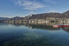 Vista del lago Sarnico, BS Italia immagine stock