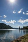 Vista del lago sunny Fernan fotografie stock libere da diritti