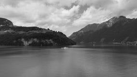 Vista del lago svizzero nelle montagne Immagini Stock