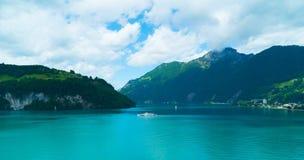 Vista del lago svizzero nelle montagne Immagini Stock Libere da Diritti