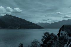 Vista del lago Thun alla notte nelle montagne delle alpi, Svizzera Immagini Stock Libere da Diritti
