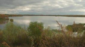 Vista del lago tranquilo en otoño Cielo nublado de la tarde almacen de metraje de vídeo