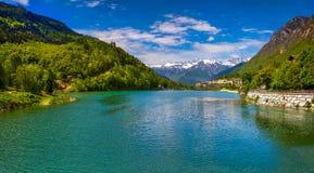 Vista del lago vicino a Villa Di Chiavenna, alpi, Italia Fotografia Stock