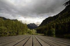 Vista del lago y de la montaña Fotografía de archivo libre de regalías