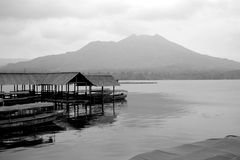 Vista del lago y de la montaña del volcán en la distancia w Foto de archivo