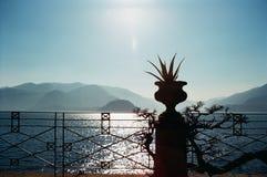 Vista del lago y de las montañas Imagen de archivo