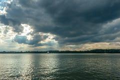 Vista del lago y de varios yates momentos antes de la tormenta Fotografía de archivo