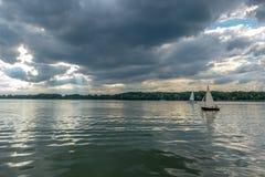 Vista del lago y de varios yates momentos antes de la tormenta Imagen de archivo