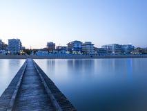 Vista del lido Di Jesolo de un embarcadero de madera en el mar Foto de archivo