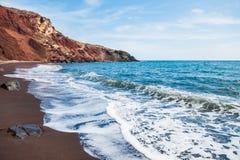 Vista del litorale e di bella spiaggia rossa fotografia stock