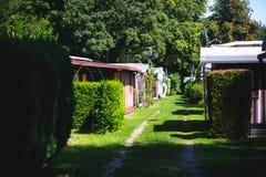 Vista del lugar que acampa alemán con las tiendas, las caravanas, el parque de caravanas y las casas de la cabaña de la cabina Imagen de archivo libre de regalías
