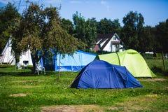 Vista del lugar que acampa alemán con las tiendas, las caravanas, el parque de caravanas y las casas de la cabaña de la cabina Imágenes de archivo libres de regalías