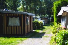 Vista del lugar que acampa alemán con las tiendas, las caravanas, el parque de caravanas y las casas de la cabaña de la cabina Imagenes de archivo