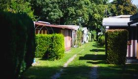 Vista del lugar que acampa alemán con las tiendas, las caravanas, el parque de caravanas y las casas de la cabaña de la cabina Foto de archivo libre de regalías