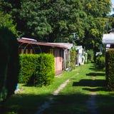 Vista del lugar que acampa alemán con las tiendas, las caravanas, el parque de caravanas y las casas de la cabaña de la cabina Fotos de archivo libres de regalías