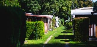 Vista del lugar que acampa alemán con las tiendas, las caravanas, el parque de caravanas y las casas de la cabaña de la cabina Fotografía de archivo