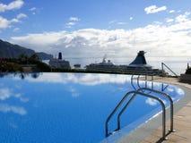 Vista del lungomare con le navi da crociera a Funchal sull'isola del Madera nell'Oceano Atlantico fotografia stock